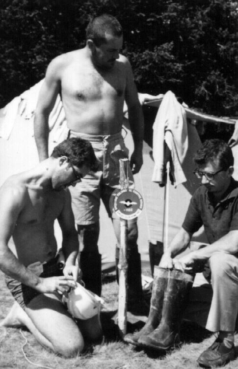 L'organizzatore della spedizione Giorgio Pasquini (in piedi) con i due speleologi che raggiunsero il fondo del Gouffre Berger: Gianni Befani e Guido Saiza.Archivio Aurelia Mohrhoff.